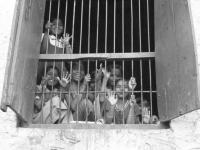 Bambini a scuola in un piccolo villaggio